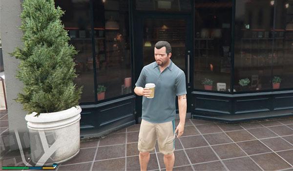 imagen donde vemos a Michael con un café en las manos, saliendo de una cafetería en Los Santos.