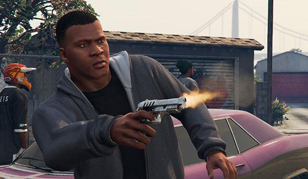 imagen de ejemplo donde vemos como Franklin dispara con una sola mano.