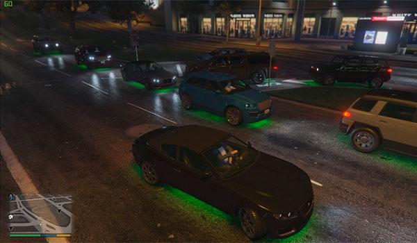 imagen donde vemos como todos los coches tienen luces de neón de colores, gracias al mod raveland.